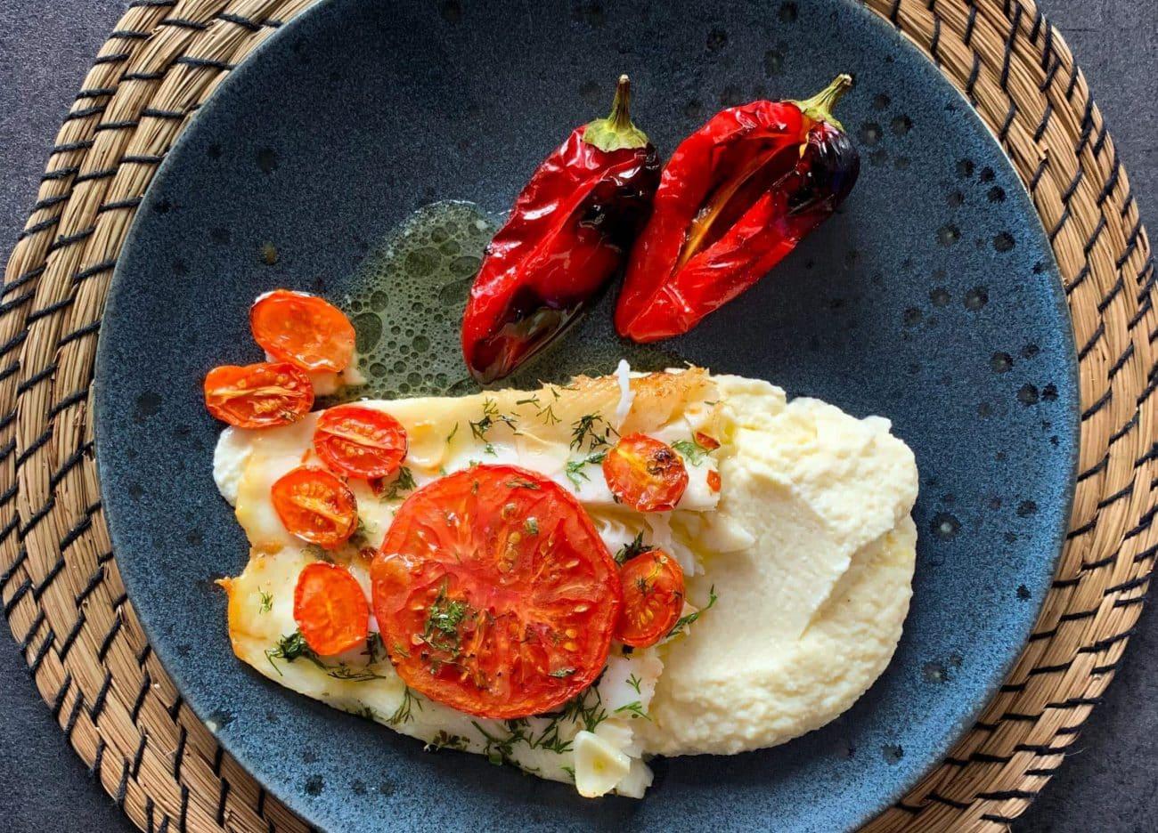 Halibut pieczony z pomidorami