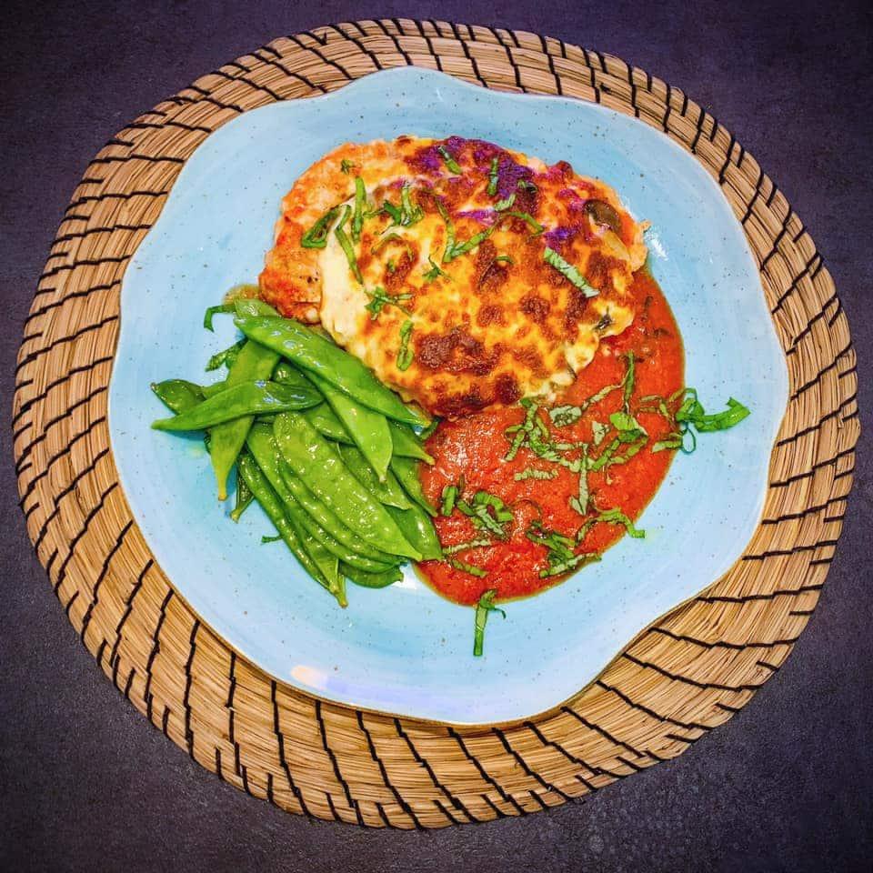 Schab z pieczarkami w sosie pomidorowym-serowym